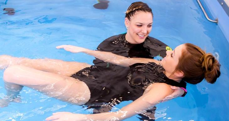 la natación es buena o mala para la espalda